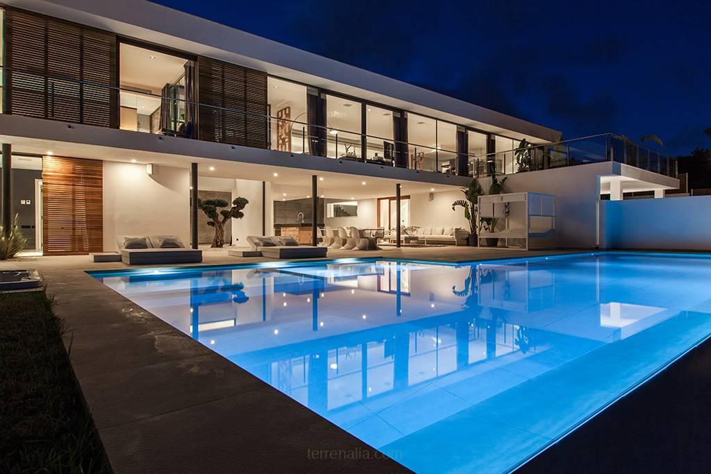 Impressive Villa Emilio with Contemporary Style Vista Alegre