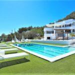 Villa Ibicenca Moderna con Gran Amplitud y Privacidad en Sa Carroca